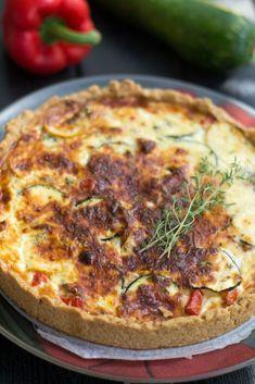 Kesäkurpitsatalkoot jatkuivat vielä meidän perheessä tällä herkullisella kesäkurpitsa-paprikapiirakalla. Kasvispiirakoista tulee helposti vetisiä, mutta paahtamalla kesäkurpitsan ja paprikan ensin uunissa ei ole sitä vaaraa. Paahtaminen tuo myös rutkasti makua kasviksiin ja etenkin paprika makeutuu paahtamisen ansiosta.... Vegetable Pizza, Quiche, Pie, Vegetables, Cooking, Breakfast, Food, Cupcakes, Red Peppers