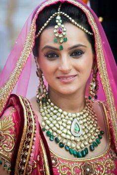 Kundan jewellery on Hindu bride...woooww! www.yourdreamshaadi.co.uk