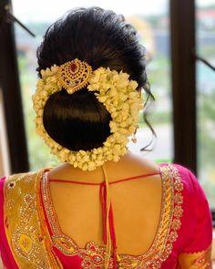 Bridal Hairstyle Indian Wedding, Bridal Hair Buns, Indian Bridal Hairstyles, Bun Hairstyles, Curly Hair Tips, Curly Hair Styles, Hair Upstyles, Head Coverings, Hair Decorations