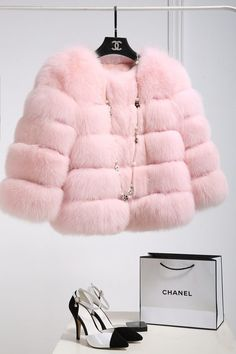 Casaco de Pele Rosa Pastel rosa 23 Images of A Little Romance Awash in Shades of Perfect Pink Chanel Fashion, New Fashion, Winter Fashion, Fashion Outfits, Womens Fashion, Luxury Fashion, Pink Fashion, Chanel Outfit, Fashion Heels