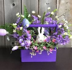 DIY Easter Decorations ideas that are happy & hopeful DIY Ostern Dekorationen Ideen Easter Tree, Easter Wreaths, Easter Flowers, Pink Flowers, Floral Centerpieces, Flower Arrangements, Easter Centerpiece, Table Centerpieces, Purple Centerpiece