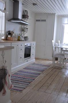 Vita Verandan Loft Interior Design, Cool Kitchens, Country Kitchens, Wooden Flooring, Rugs On Carpet, Home Furniture, Sweet Home, Kitchen Cabinets, Cottage