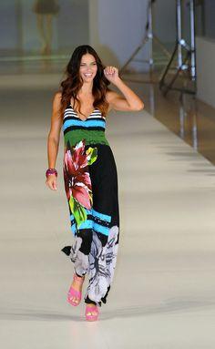 Adriana Lima desfilando para Desigual en 080 Barcelona Fashion.