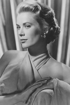 American movie star Grace Kelly who became Her Serene Highness Princess Grace of Monaco in She married Prince Rainier III on April 19 - Graco - Ideas of Graco Hollywood Glamour, Hollywood Actresses, Classic Hollywood, Old Hollywood, Princesa Grace Kelly, Royal Hairstyles, Pretty Hairstyles, Patricia Kelly, Princesa Carolina