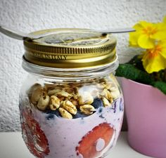 Is there anything better to start your day at work? @susella_healthysportyhappy made this delicious breakfast snack to enjoy at the office with Provamel plant-based alternative to yogurt free from sugars, strawberries, blueberries and spelt cereals. Would you share it with your colleagues?