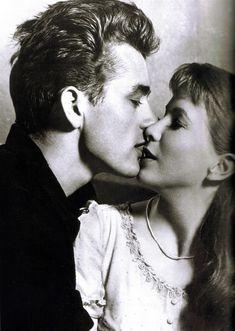 année 1950, des années 50, acteur, actrice, noir et blanc, couple, connu, James Dean, baiser, hommes, cinéma, photographie, rétro, vintage