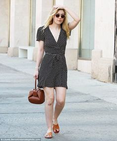 Dakota Fanning Hair-owing: The Twilight alum began a battle of the ages to keep . - Celebrity Style News: Celebrity Style Fashion and Latest Trends Fashion 2017, Look Fashion, Fashion News, Womens Fashion, Dakota Fanning Style, Her Style, Style Box, Elegant, Foto E Video