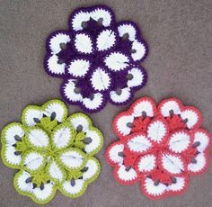 Flower Potholder Pattern Grandma made these when I was young.Another Monday and a little fun crochet to share! This weekend I decided to break out all the cotton yarn I bought a few weeks ago and get something done. When I was trying to decide what t Crochet Flower Patterns, Crochet Motif, Crochet Doilies, Crochet Flowers, Knitting Patterns, Crochet Home, Crochet Gifts, Diy Crochet, Crochet Kitchen