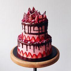 INSPIRING CAKE DESIGN chocolate strawberry avant garde cake – katherine sabbath on coco cake land Source: Unique Cakes, Creative Cakes, Elegant Cakes, Drip Cakes, Cookies Decorados, Cake Land, Freeze Dried Raspberries, Raspberry Cheesecake, Edible Cake