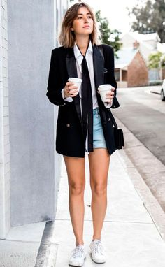 Street style look com skinny scarf, camisa branca e shorts jeans.
