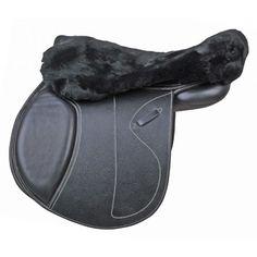 Dit zadeldek is gemaakt van echt lamsvacht. Beschermt tegen drukplekken en geeft een comfortabele zachte zit. Wasmachinebestendig tot 30 graden. Mag in de droger, alleen bij koude lucht. Geschikt voor de Engelse zadeltypen