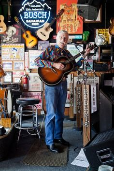 Robert's Western World, in Nashville, features traditional country music and rockabilly. John Shepherd regularly plays honky-tonk favorites by the likes of Hank Williams.