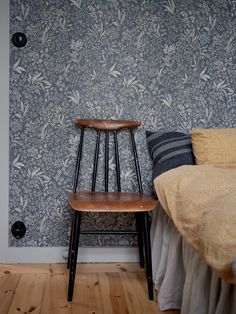 Home Bedroom, Bedroom Decor, Swedish House, Pattern Wallpaper, Dining Chairs, Shabby Chic, Flooring, Rustic, Interior Design