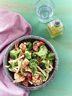 Nudelsalat mit Brokkoli und Garnelen