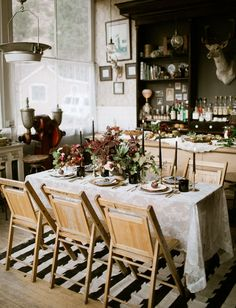 dark and romantic reception // This gorgeous tablescape reminds us of the mountains with its vintage + moody feel.