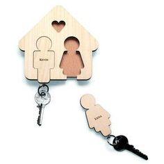 Mit diesem niedlichen Schlüsselbrett und seinen Schlüsselnhängern im Flur fühlt man sich gleich noch mehr zuhause. Ein ideales Geschenk zum Einzug, das Wohnlichkeit direkt mitbringt!