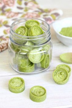 Giving your metabolism a boost has never been so yummy! Plus, these Metabolism-Boosting Matcha Mint Fat Bombs are loaded with free-radical fighting antioxidants, help stabilize blood sugar levels, and keep you feeling full until your next meal. Organic Smoothies, Yummy Smoothies, Breakfast Smoothies, Smoothie Diet, Breakfast Recipes, Detox Smoothies, Homemade Breakfast, Vegan Breakfast, Best Diet Drinks