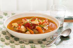 Denne bouillabaisse-inspirerte rivieraretten er en lett og krydret torskesuppe – tilpass chilimengden etter hvor sterk du vil ha den. En spesielt god og varmende middag på kjølige sommerkvelder. Thai Red Curry, Baking, Ethnic Recipes, Food, Bread Making, Meal, Patisserie, Backen, Essen