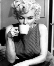 Marilyn Monroe, of course, is a popular sex symbol of the So she was photographed a lot by famous photographers. But here are rare photos capturing lovely moments in her life that you probably have never seen before. Gentlemen Prefer Blondes, Manhattan Transfer, Fotos Marilyn Monroe, Marilyn Monroe Body, People Drinking Coffee, Drinking Tea, Sipping Tea, Photos Rares, Gene Kelly