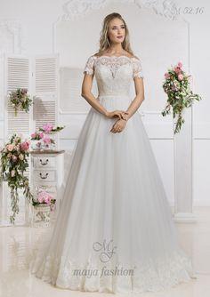 Manecile cazute din dantela confera romantism si feminitate acestei rochii de mireasa stil printesa.