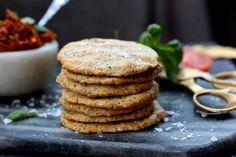 Supergoda kex på mandelmjöl, kokosolja, chiafrön, ägg och sesamfrön. Ni vet våran pajdeg? Den är så sjukt användbar, dessa kex är nämligen inspirerade från den. Mums! Ingredienser 1... Raw Food Recipes, New Recipes, Baking Recipes, Favorite Recipes, Healthy Recipes, Healthy Food, Gluten Free Cookies, Gluten Free Baking, Gluten Free Recipes