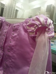 Looking for Rapunzel cosplay ideas? Check out this hand-made costume tutorial for the Disney Tangled's Princess dress! Suitable for kids and adults Disney Princess Cosplay, Tangled Princess, Tangled Rapunzel, Disney Rapunzel, Disney Cosplay, Disney Costumes, Tangled Cosplay, Tangled Costume, Diy Dress