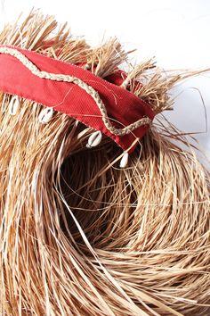 Conjunto para Kafundeji, composto por azê e saiote. Confeccionado em palha da costa trançada. Acabamentos em búzios, madrepérolas, cabaças, miçangas e guizos.