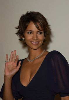 Halle Berry's Short Layered Cut A shaggy layered look is a great choice for ladies, such as Halle Berry, who have a more subtly heart-shaped face. Girls Haircuts With Layers, Short Layered Haircuts, Short Hair With Layers, Layered Cuts, Short Hair Cuts, Short Hair Styles, Halle Berry Style, Halle Berry Hot, Hallie Berry Short Hair