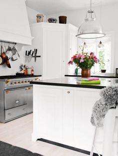 Another gorgeous white kitchen to love.