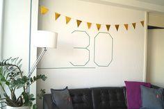 Vrolijk een verjaardagsfeestje eens op met een muurdecoratie. Lees je hoe je met washitape de nieuwe leeftijd van de jarige groot op de muur zet. Groot, Washi Tape, Tapestry, Home Decor, Hanging Tapestry, Tapestries, Decoration Home, Room Decor, Home Interior Design