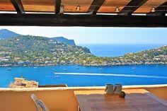 """Diese Duplex-Wohnung befindet sich auf dem Berg Puig d'Espart in Port Andratx. Die Lage zählt wegen seiner unverbaubaren Meerblicke zu den beliebtesten Wohngegenden auf ganz Mallorca. Diese Apartment bietet einen atemberaubenden 180° Blick auf den Hafen von Port Andratx über """"La Mola"""" bis auf das offene Meer. Preis 595.000 Euros"""