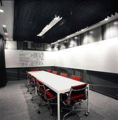 Modern Conference Room Design With Whiteboard Wall Cool Office Space, Office Space Design, Office Workspace, Office Interior Design, Room Interior, Organized Office, Office Spaces, Interior Modern, Interior Ideas