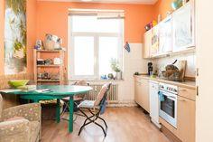 Große Küche mit grünem Tisch in einer WG in Hannover Linden