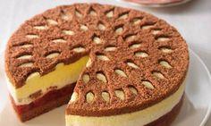 Eierlikör-Kirsch-Torte Rezept: Sahnige Torte mit einer leckeren Eierlikörfüllung und Sauerkirschen - Eins von 7.000 leckeren, gelingsicheren Rezepten von Dr. Oetker!
