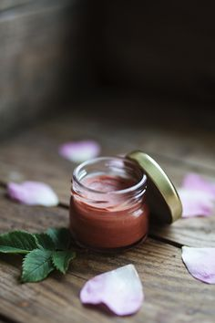 Egengjort läppbalsam färgat med mineralrouge Diy Craft Projects, Diy Crafts, Tinted Lip Balm, Lip Care, Natural Medicine, Moscow Mule Mugs, Beauty Care, The Balm, Herbalism