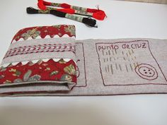 Aquí tenéis un pequeño trabajo muy fácil de hacer y muy práctico . Es un organizador de agujas . Con dos rectángulos ... Needle Book, Couture, Zip Around Wallet, Patches, Quilts, How To Make, Bags, Inspiration, Gingham Quilt