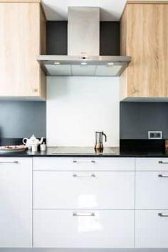 Coté cuisson avec sa crédence en verre laqué: Cuisine de style de style Moderne par MJ Home