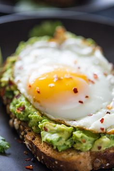 Healthy avocado toast is super easy to make and makes the perfect addition to any breakfast or an anytime snack! Avocado toast has become my new favorite Avocado Dessert, Avocado Breakfast, Breakfast Toast, Breakfast Recipes, Avocado Egg Toast, Avocado Toast Healthy, Avocado With Egg, Best Avocado Toast Recipe, Heart Healthy Breakfast