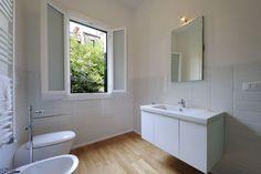 bagno con piastrelle bianche e parquet - Cerca con Google