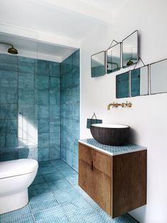 a modern rustic bathroom, cool blue tiles! Home Decor Colors, Colorful Decor, Bad Inspiration, Bathroom Inspiration, Interior Inspiration, Open Showers, Modern Rustic Homes, Beautiful Bathrooms, Bathroom Interior