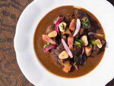 Připravte si jednoduše skvělý zvěřinový guláš po burgundsku podle šéfkuchaře Jana Kaplana. Recept najdete na blogu Oh My Chef I Chef, Pudding, Desserts, Food, Tailgate Desserts, Meal, Deserts, Essen, Puddings