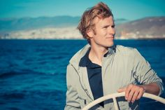 François GABART. Le 27 janvier 2013 aux Sables d'Olonne, il remporte la 7e édition du Vendée Globe en établissant un nouveau record de la circumnavigation en solitaire, sans escale sur monocoque (Macif), en 78 jours.