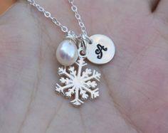 Etsy の Snowflake braceletInfinity pearl by tyrahandmadejewelry