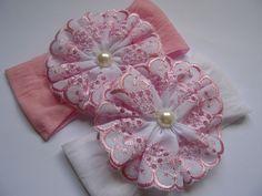 Faixa de Meia de Seda com flor de bordado inglês e botão de strass ou perola.    CONFORTO E BELEZA PARA O SEU BEBÊ.    Várias Cores e Modelos, consulte-nos R$ 10,00
