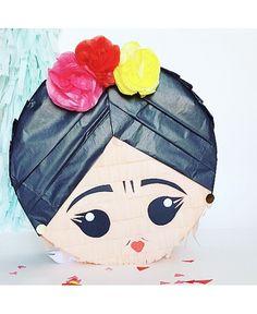Bonita piñata de Frida Khalo artesana. Modelo exclusivo para Fiestas Coquetas. Más modelos en la tienda online.