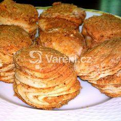 Lístkové škvarkové pagáče k vínu recept - Vareni. Brazilian Cheese Bread, Turkey Cake, Bagel Chips, Nordic Ware, Cabbage Rolls, Biscuits, French Toast, Food And Drink, Pumpkin