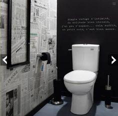 Une déco WC pour les amoureux des mots ! Papier peint journal et peinture à tableau noir. Photo Leroy Merlin