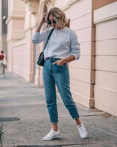 Sweatshirt in high waster jeans and sneakers. Comfortable casual look that . Sweatshirt in high waster jeans and sneakers. Comfortable, casual look that can be easily combined with accessories like handbag, jewelry and sunglass. Böhmisches Outfit, Mom Jeans Outfit, Light Jeans Outfit, High Waist Pants Outfit Jeans, Hipster Jeans Outfit, Jeans Dress, White Chucks Outfit, Hipster Shoes, Jeans Outfit Winter