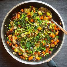 O que fazer para o jantar? Um salteado de legumes e leguminosas acomoanhado de um simples arroz  É rápido e podemos utilizar todo o tipo de legumes que tivermos à disposição. Algo que costumo aconselhar aos meus utentes e que facilita na hora de fazer o jantar: quando tiverem um pouquinho de tempo cozam uma grande quantidade leguminosas e congelem. Assim na hora de cozinhar é só adicioná-las ao que estivermos a fazer. Pode ser um arroz um estufado ou mesmo um salteado  Bom apetite!
