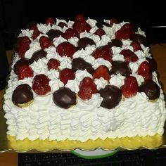 Torta de Fresas y Profiteroles Profiteroles, Cake, Desserts, Food, Strawberry Pound Cakes, Pastries, Strawberry Fruit, Dessert, Tailgate Desserts